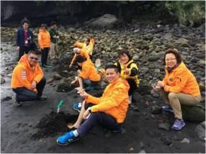 """Members of Hong Kong Lions Nature Education Foundation enjoyed """"Digging Foot Spa Activity""""."""